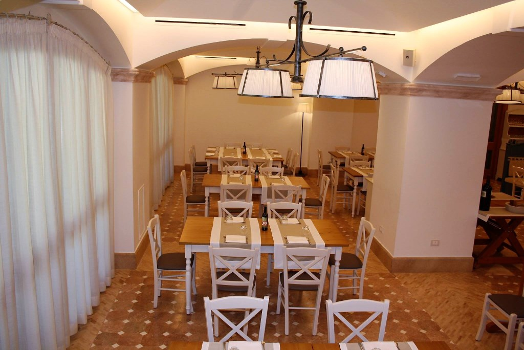 Tavoli In Legno Per Arredamento Bar Ristorante Pizzerie In Stile Shabby Chic Vintage Provenzale Mobilificio Maieron Paluzza Udine Italia