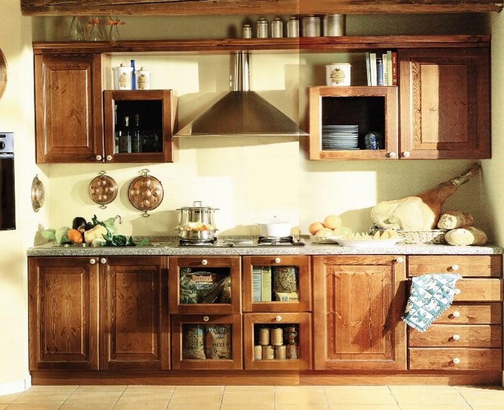 Cucina in pino massello color noce · Mobilificio Maieron ...