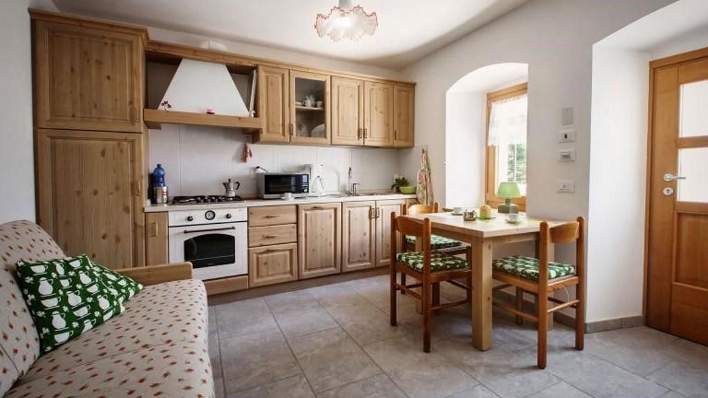 Cucina in pino massello color nocciola · Mobilificio Maieron ...