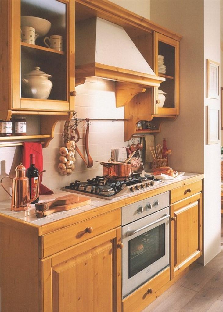Cucina in pino massello color miele · Mobilificio Maieron Paluzza ...