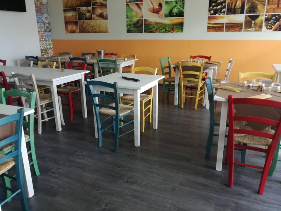 Set Tavolo 4 Gambe Color Bianco E Sedie Colorate Anilina Seduta Legno Bar Ristorante Mobilificio Maieron Paluzza Udine Italia